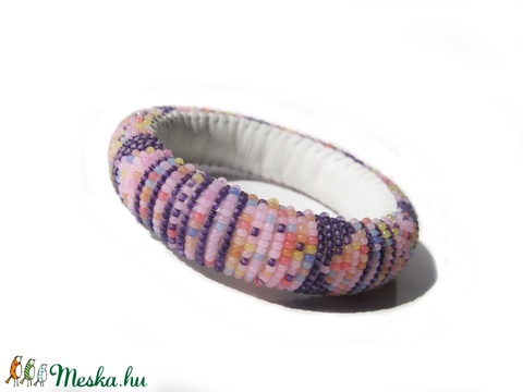 Lila mákos - pillekönnyű guriga karkötő, gyöngyből és filcből - Meska.hu