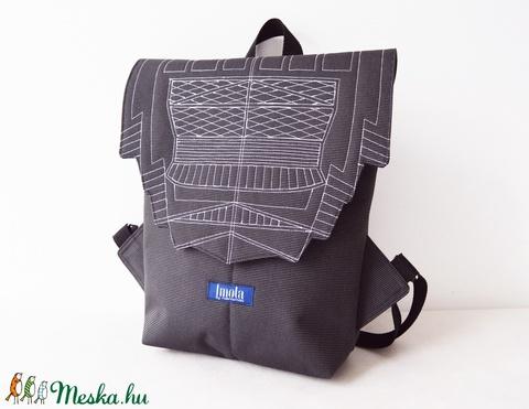 Sötétszürke vízlepergető kicsi hátizsák épület mintával - Meska.hu