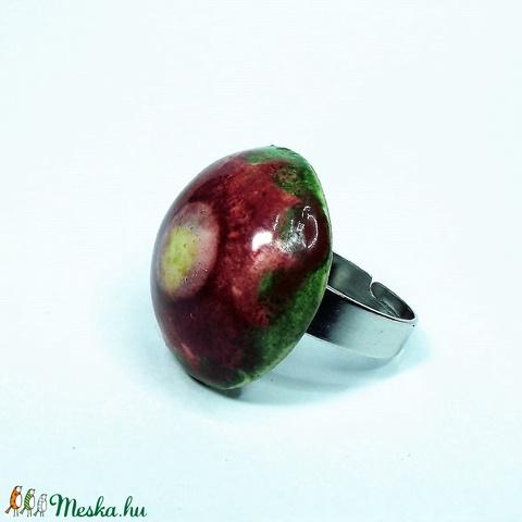 Zöld mező bordó virága kerámia gyűrű (keramika) - Meska.hu