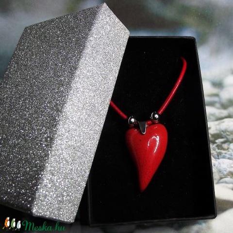 Csábító piros - nyaklánc szív alakú kerámia medállal elegáns díszdobozban - Ajándék nőknek Valentin napra, Anyák napjára (keramika) - Meska.hu