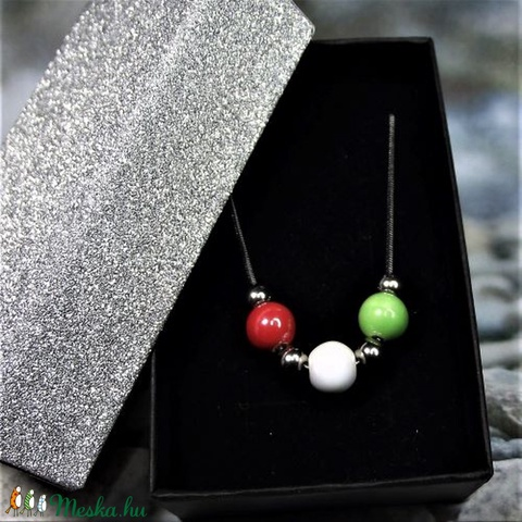 TRICOLOR nemesacél nyaklánc piros-fehér-zöld kerámia gyöngyökkel elegáns díszdobozban Ajándék Március 15. Hazaszeretet (keramika) - Meska.hu