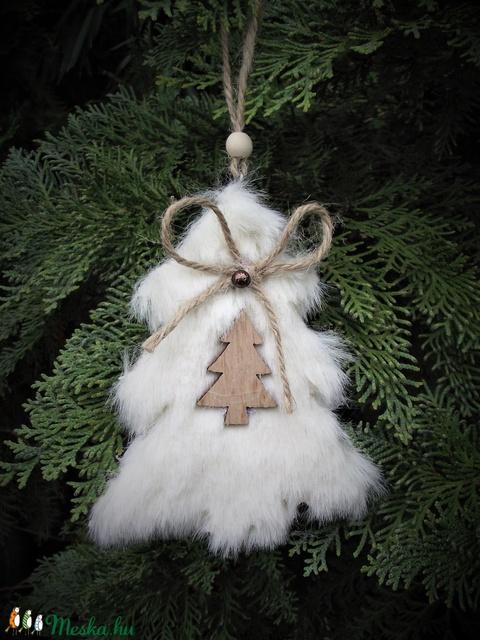 Téli szőrmés fenyőfás dekoráció, karácsonyfadísz, ajtódísz, kopogtató, fali dísz, ablakdísz, ajándék - Meska.hu