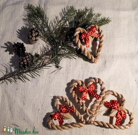 Karácsonyi díszek, fonott gyékényszív piros masnival (4 db / csomag)- természetes dekoráció  (kezmuvesporta) - Meska.hu