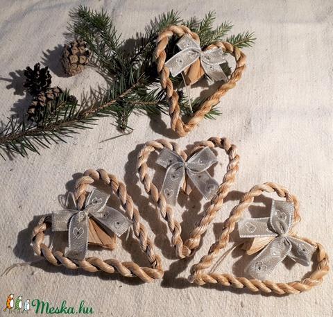 Karácsonyi díszek, fonott gyékényszív ezüstös masnival (4 db / csomag)- természetes dekoráció  (kezmuvesporta) - Meska.hu