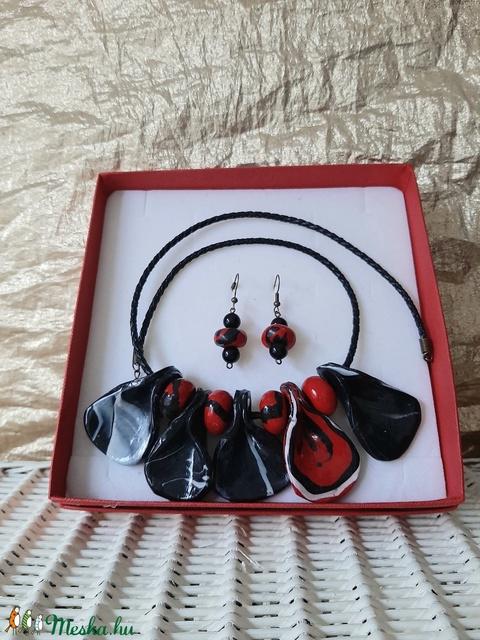 Piros és fekete nyaklánc fülivel (kisagi) - Meska.hu
