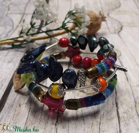 Bohém hippy karkötő, 3 soros memória karkötő színes szövettel, kagyló, fa, üveg, akril gyöngyökkel - Meska.hu