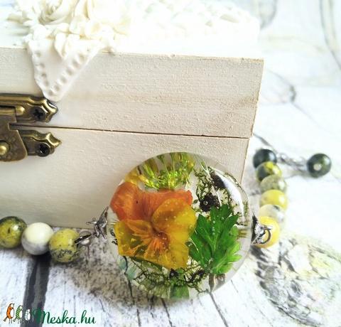 Örök tavasz nemesacél karkötő virágos gyanta medállal, árvácska, moha, levelek - Meska.hu