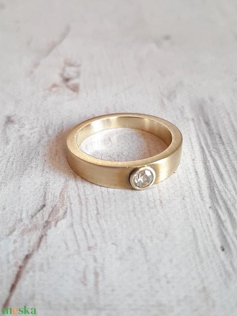 Modern sárgaréz gyűrű cirkóniával - Meska.hu
