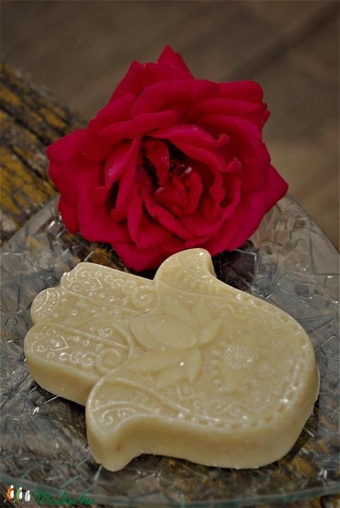 Só szappan pitypang macerátummal rizskorpa olajjal mézzel kecsketejesen Fatima keze alakban ajándék szülinapra névnapra (medalin) - Meska.hu