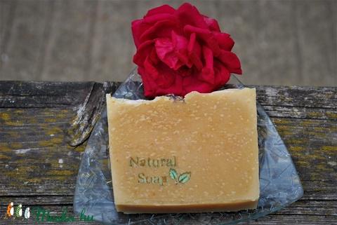 Sárgabarackmag olajos természetes szappan joghurtosan levél mintával ajándék szülinapra névnapra natural soap felirattal (medalin) - Meska.hu