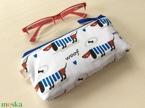 Tacskó kutya kék csíkos ruhában - tolltartó, irattartó neszesszer, mobiltok, szemüvegtok - Artiroka design (Mesedoboz) - Meska.hu