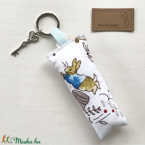 Nyuszi a réten, türkiz - fehér mintás kulcstartó kis vintage kulcs dísszel - Artiroka design  (Mesedoboz) - Meska.hu