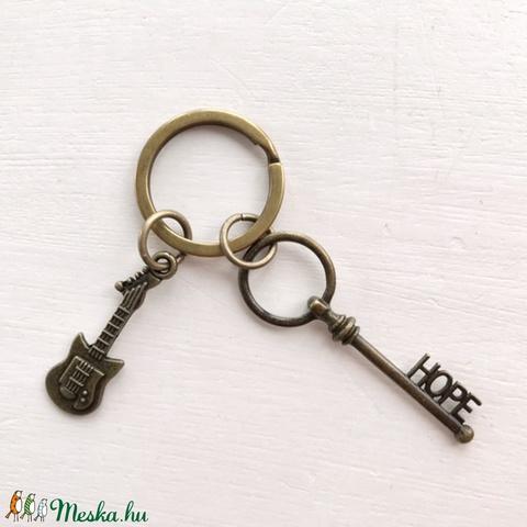 AKCIÓ - Gitár mintás egyedi kulcstartó HOPE azaz remény vintage kulcs dísszel - Artiroka design - Meska.hu