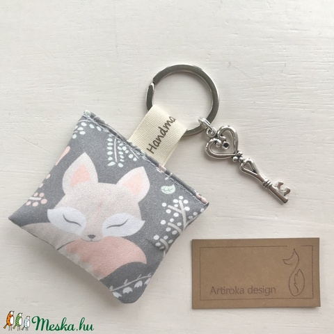 Alvó kis róka mintás kulcstartó prémium textilből, levendulavirággal töltve  - Artiroka design - Meska.hu