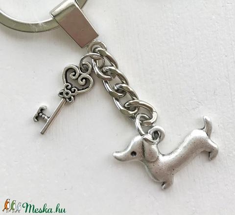 Tacskó kutya -  egyedi fém kulcstartó, kis kulcs medállal  - Artiroka design - Meska.hu