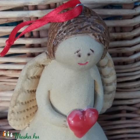 Karácsonyi angyal szobrocska szívvel (Mesekeramia) - Meska.hu