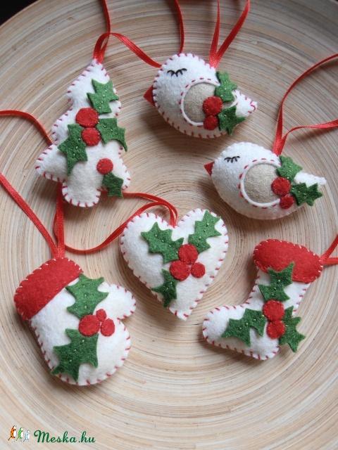 Karácsonyi dekoráció, Dekoráció, Karácsonyi, adventi apróságok, Otthon, lakberendezés, Karácsonyi dekoráció, Magyal levéllel dekoráltam ezeket a tört fehér díszeket ,melyek piros szalag akasztót kaptak. ..., Meska