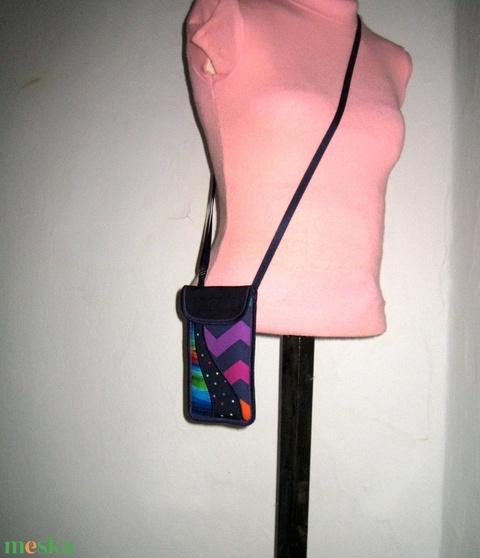 Telefon Tok állítható pánttal  XL telefon tartó Nyakba akasztható kistáska sötétkék-színes - Meska.hu