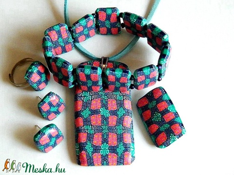 Háromszínmintás ékszerszett: medál, fülbevaló, karkötő, gyűrű és bross - Meska.hu