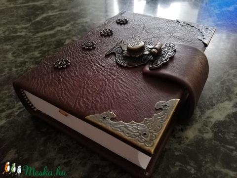 Bőrből készült veretes kapcsos könyv - Meska.hu