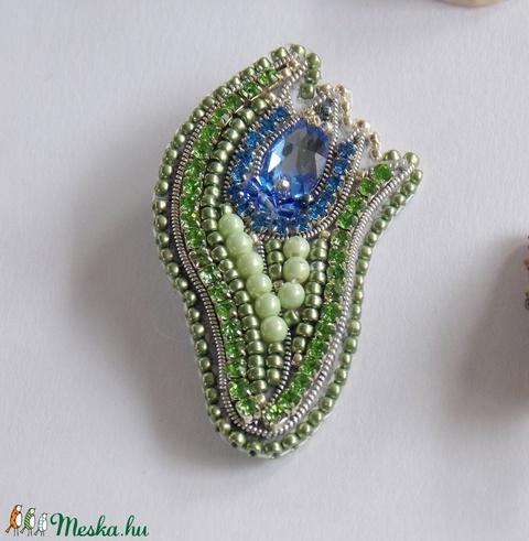 Kék tulipán -gyöngy hímzett bross-kitűző - Meska.hu