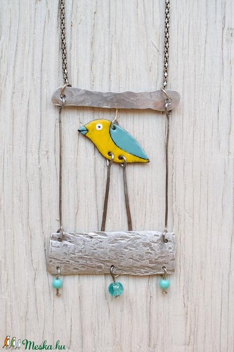 Sárga-kék mozgó kis madárka üveg és porcelángyöngyökkel antik nikkelezett lánccal - Meska.hu