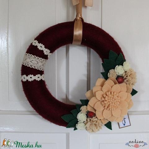 Karácsonyi elegáns bordó koszorú puha filc virágokkal,  gyönggyel borított termésekkel, csipkével, adventi kopogtató - Meska.hu