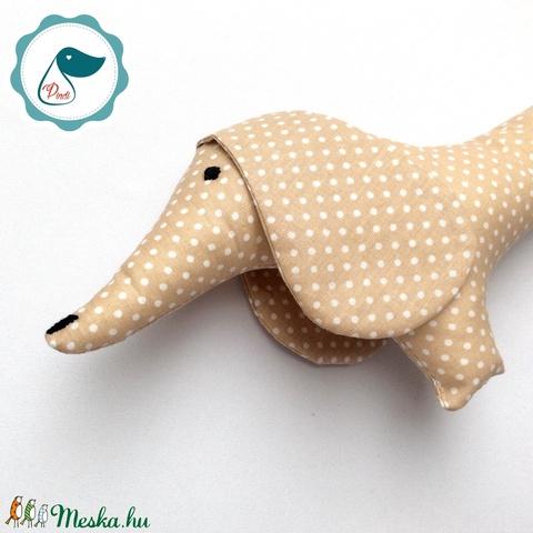 Tacskó - drapp egyedi tervezésű kézműves játék - textiljáték - tacsi kutya - Meska.hu