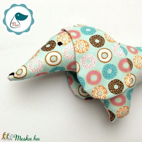 Tacskó - fánk mintás egyedi tervezésű kézműves játék - textiljáték - tacsi kutya - gyerek játék - Meska.hu