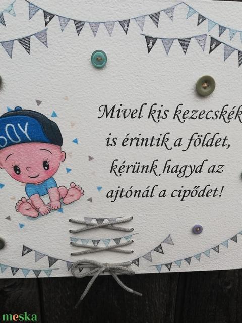 Babás tábla cipőfűzővel, a lakás  bejáratához.   :-)  - Meska.hu