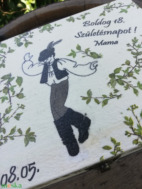 Feliratos dobozka néptáncos mintával, benne egy kavicsra írt üzernettel.  :-) - Meska.hu