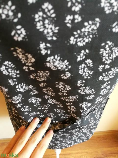 Fekete alapon fehér virágmintás konyhai kötény zsebbel - kötény hölgyeknek (Ruciwebshop) - Meska.hu