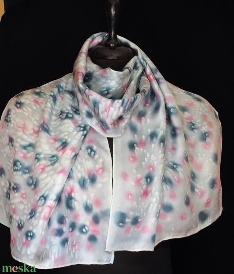 Halványszürke alapon szürke-rózsaszín foltmintás, varázsgyöngy  effekt díszítésü selyemsál 140x50 cm - Meska.hu