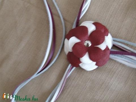 Öv bőrszálakból virággal hozzá illő nyaklánccal - Meska.hu