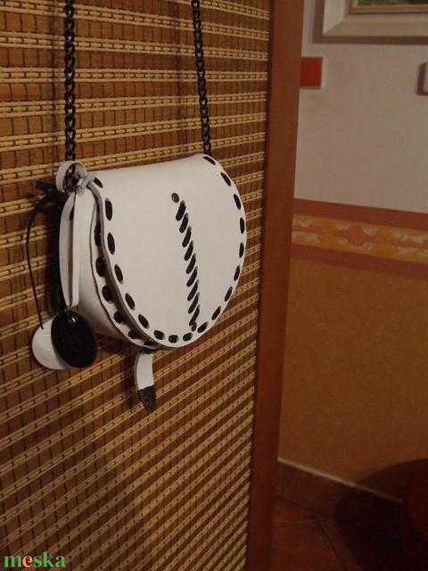Kicsi  fehér - fekete táska - Meska.hu