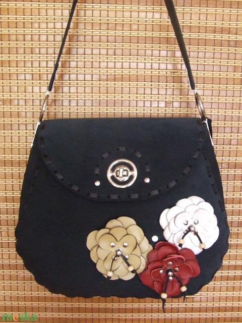 A ,,Különleges táska,, még egy variációban-kócos virággal - Meska.hu