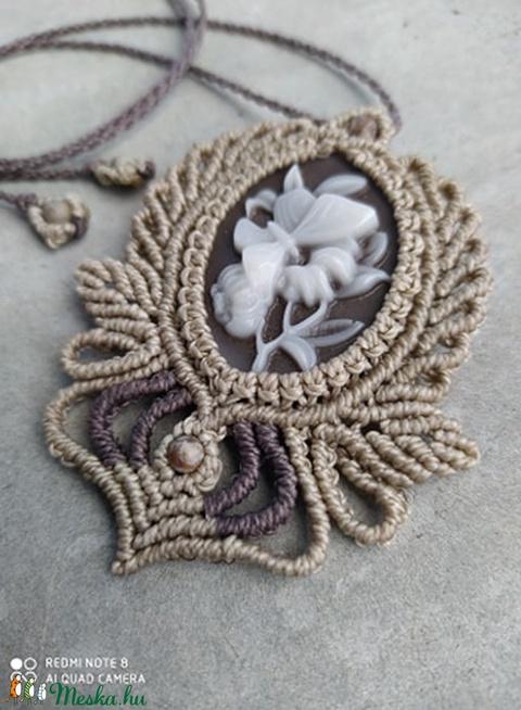 Makramé medál -fehér virággal - Meska.hu