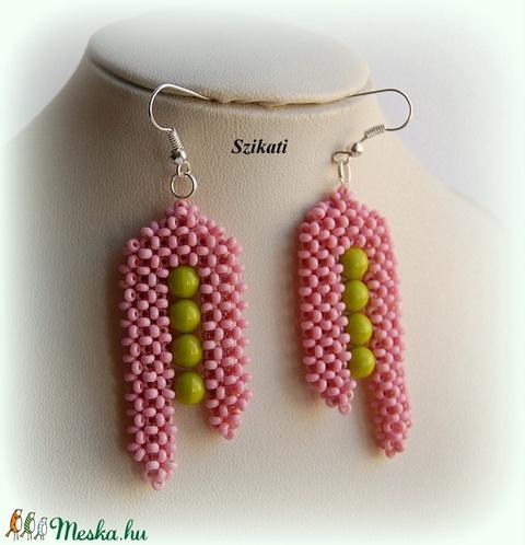 Korall zölddel - gyöngyfűzött fülbevaló - Meska.hu