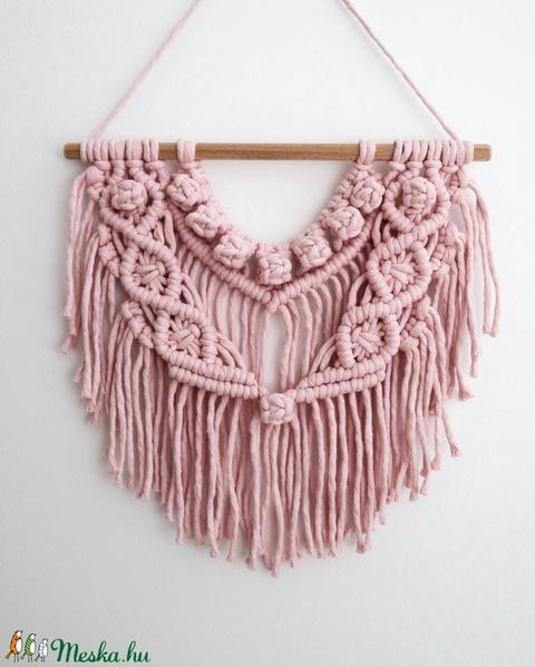 Világos rózsaszín boho makramé falidísz - Meska.hu