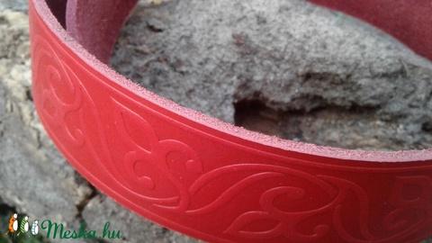 Piros, liliommintával díszített marhabőr öv (4 cm széles) (TakacsBordiszmu) - Meska.hu