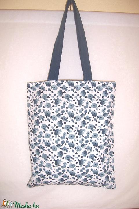 Fehér kék apró virágos kis táska  (textilcseppek) - Meska.hu