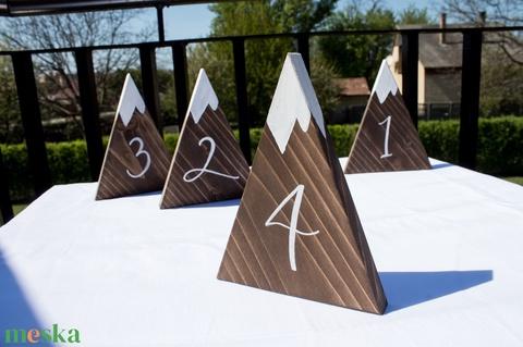 Hegycsúcsos asztalszám erdei esküvőre - Meska.hu