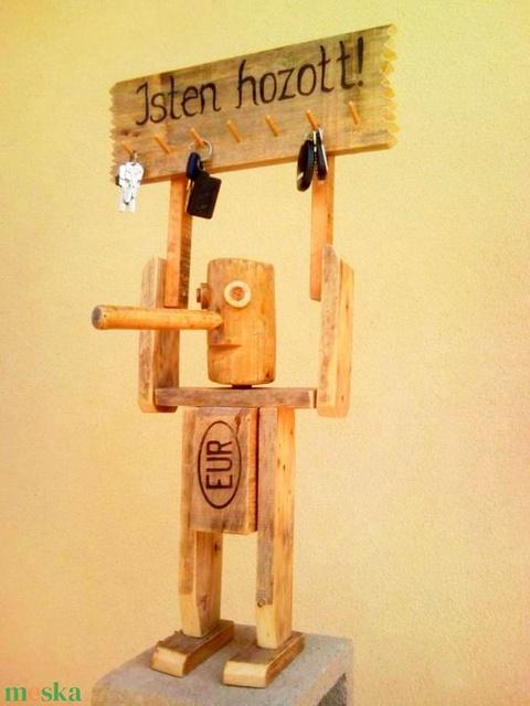 Isten hozott! Pinokkió kulcstartó fakalapácsból és EUR raklapból újrahasznosítva (Trashman) - Meska.hu