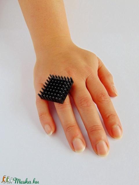 Állítható méretű matt fekete alumínium hűtőborda gyűrű újrahasznosított elektronikai alkatrészből  (Trashman) - Meska.hu