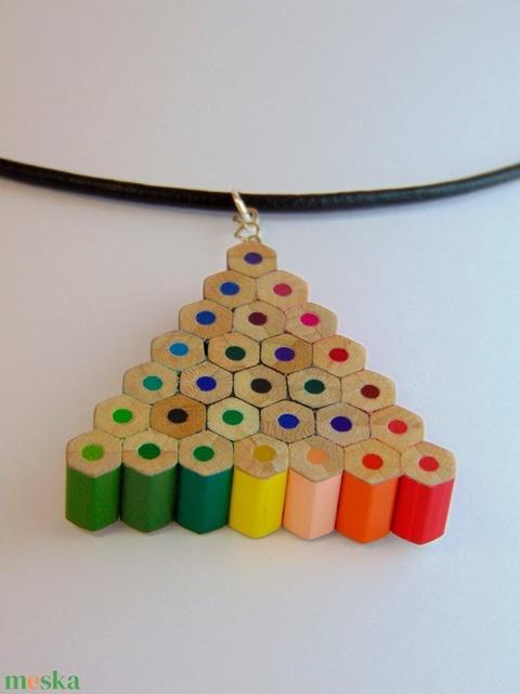 Háromszög alakú szivárvány színű színes ceruza nyaklánc medál ékszer rajtanároknak festőknek művészeknek (Trashman) - Meska.hu