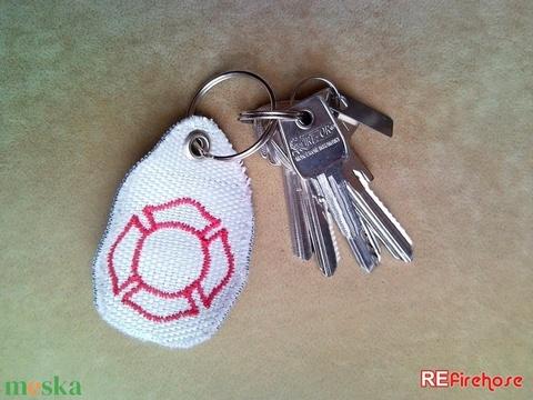 Tűzoltó tömlő kulcstartó újrahasznosított tömlőből piros hímzett Flórián kereszt díszítéssel ideális ajándék tűzoltóknak - Meska.hu