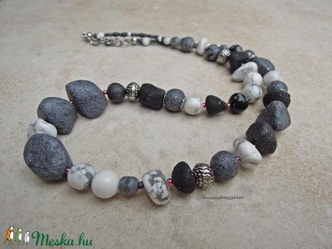Havas sziklák  -  szürke fehér nyaklánc ásványokkal, howlit, hópehely obszidián (uveggyongyjatek) - Meska.hu
