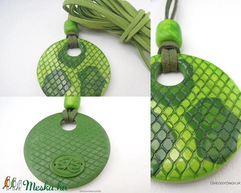 Zöld boa  -  medál textilbőrszálon, fémmentes nyaklánc, kígyóbőr mintás medál (uveggyongyjatek) - Meska.hu