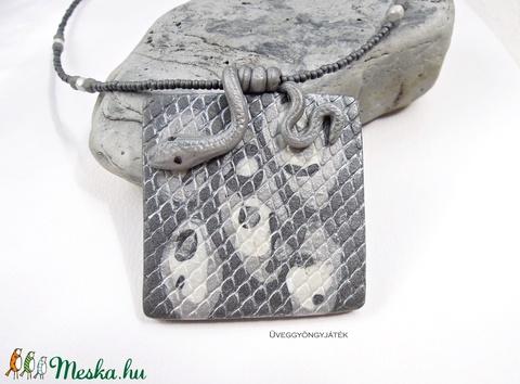 Ezüstszürke kígyó  -  nyaklánc medállal, szürke medál (uveggyongyjatek) - Meska.hu