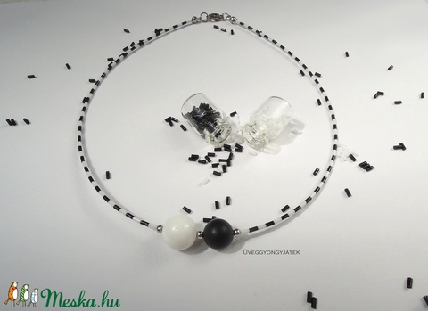 Zongoralecke  -  fekete-fehér nyaklánc, minimal nyaklánc, rövid nyaklánc (uveggyongyjatek) - Meska.hu
